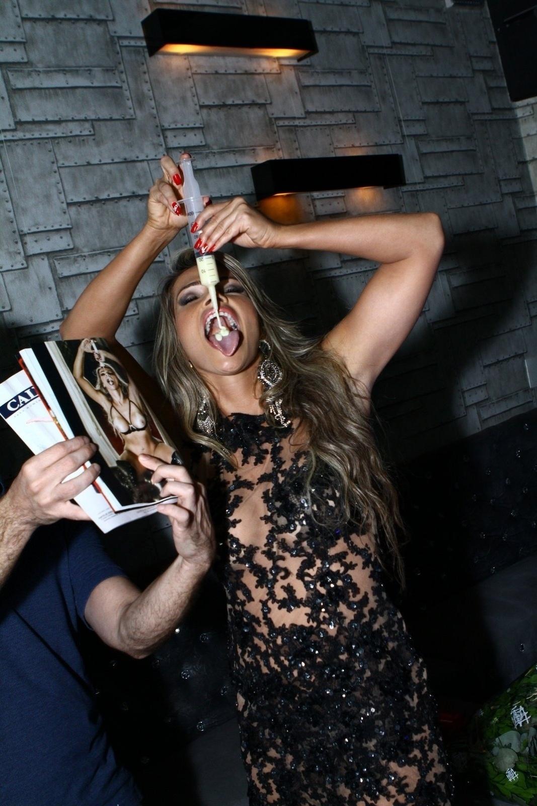 7.mai.2014 - Fani Pacheco repete a polêmica foto da revista da injeção com leite condensado na boca. A ex-BBB lança sua revista