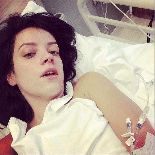 """8.mai.2014 - A cantora Lily Allen postou uma """"selfie"""" em seu Instagram, na madrugada desta quinta-feira, deitada em uma cama de hospital. """"Estou bem, pessoal. Precisei de fluidos porque não consigo manter nada no estômago"""", disse para tranquilizar os fãs"""