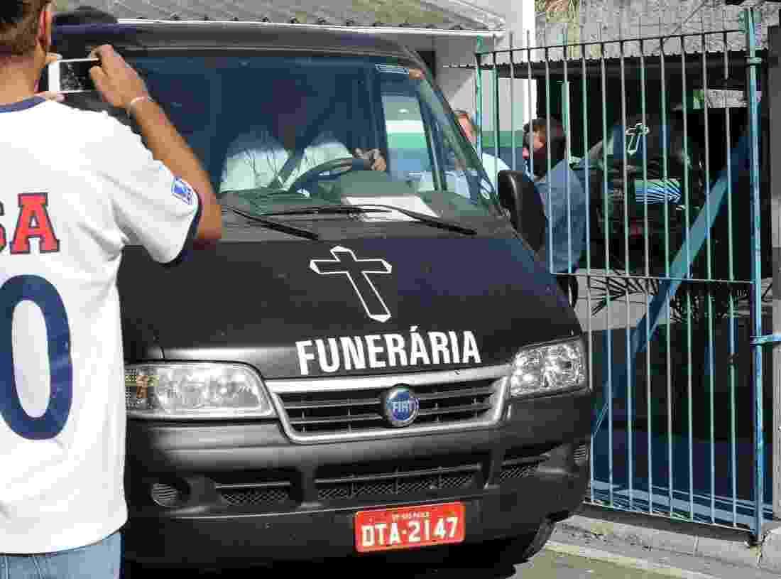 8.mai.2014 - Corpo de Jair Rodrigues sai do IML de Cotia, onde o cantor morava e foi encontrado morto - Francisco Cepeda/AgNews