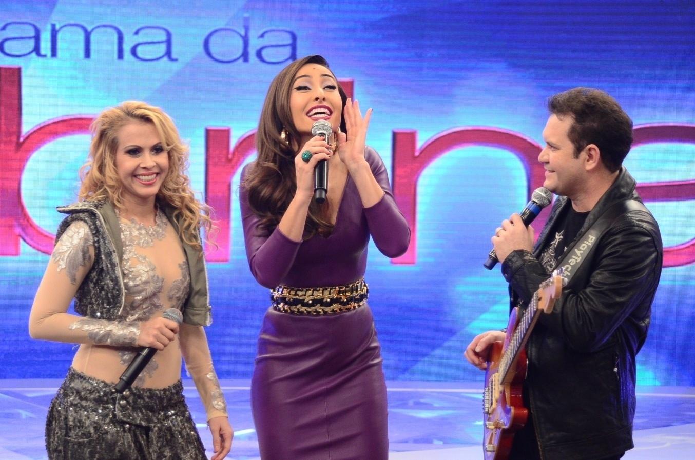 8.mai.2014 - Sabrina Sato recebe Joelma e Chimbinha, da banda Calypso, em seu programa na Record. A dupla participa do