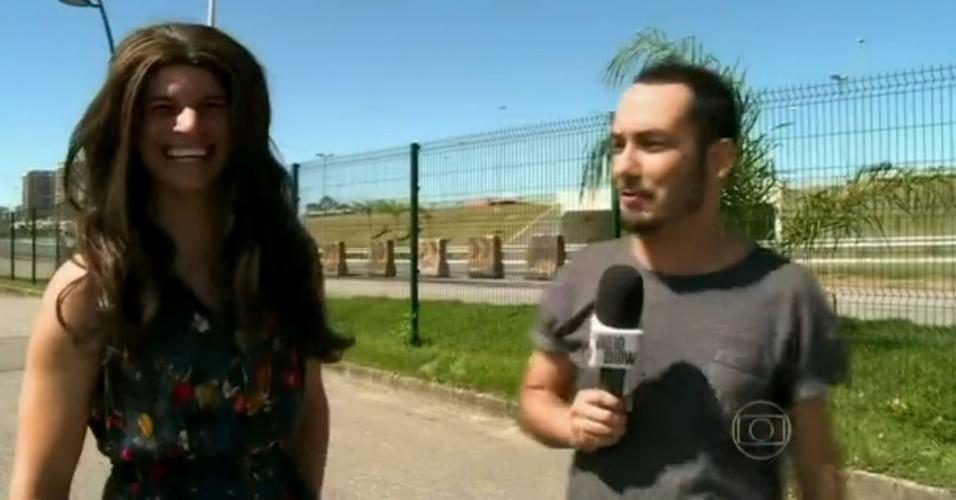 8.mai.2014 - Sem carteira de habilitação, Bruna Marquezine precisa de dublê em cenas em que Luiza aparece dirigindo na novela