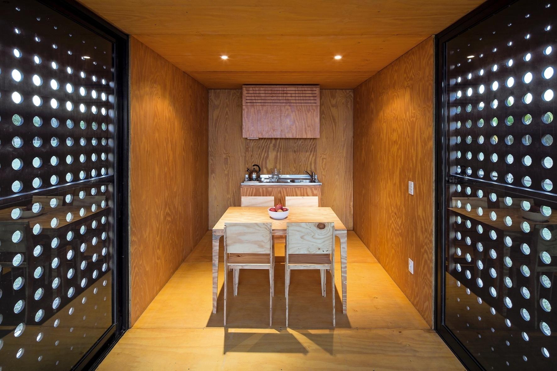 A cozinha, com mesa de refeições, tem espaço suficiente para o preparo de pratos rápidos e lanches