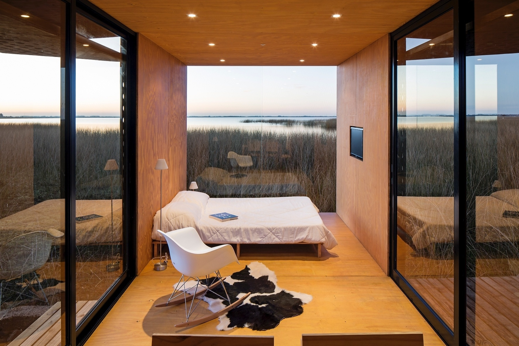 A integração do interior com o exterior acontece naturalmente na casa MiniMod, projetada pelo escritório MAPA