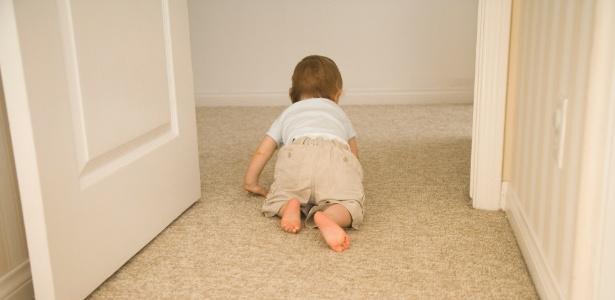 Portas no começo e no topo de escadas impedem que o bebê que já engatinha sofra um acidente - Getty Images