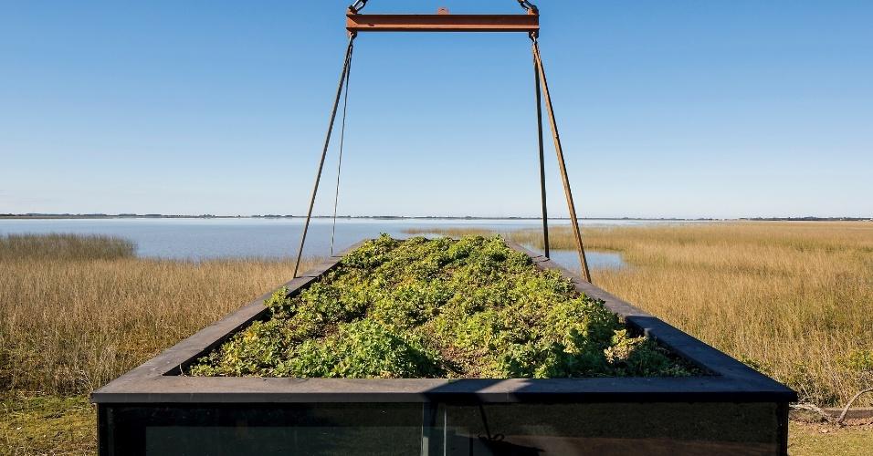 Criada pelo escritório MAPA, a casa transportável MiniMod possui um telhado verde. A cobertura vegetal sobre o estrado de madeira favorece o controle térmico e ainda absorve a água da chuva