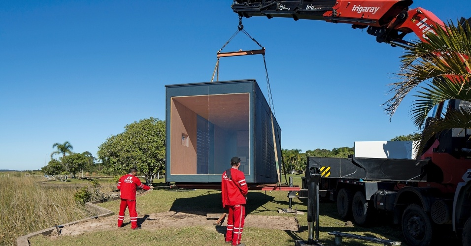 Desenvolvido pelo escritório MAPA, o MiniMod é uma casa estruturada em um contêiner. Escolhido o local de instalação, a residência móvel é içada por guindaste e transportada por caminhão