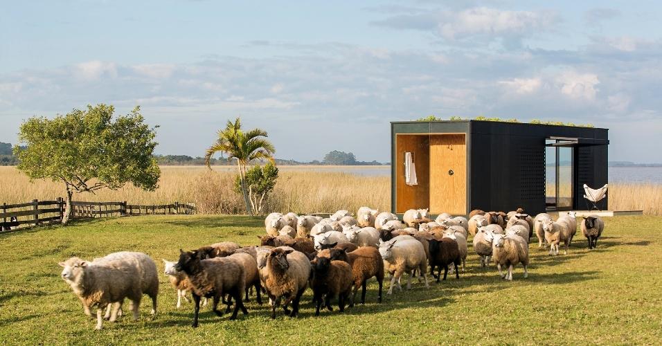Em meio ao campo, sem qualquer barreira física, a casa MiniMod, assinada pelo escritório MAPA, se insere numa fazenda em Maquiné (RS), voltada à criação de ovelhas