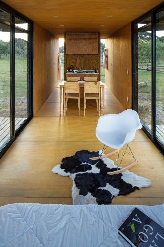 Ideal para um final de semana ou feriado prolongado, a casa MiniMod, uma criação do escritório MAPA, possui o essencial: dormitório, mesa de refeições, cozinha e banheiro