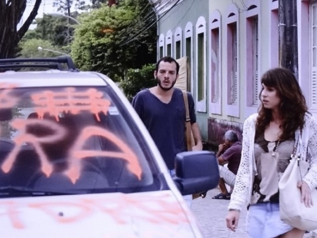 Manuela e Igor ficam arrasados ao verem carro da família pichado por vândalos