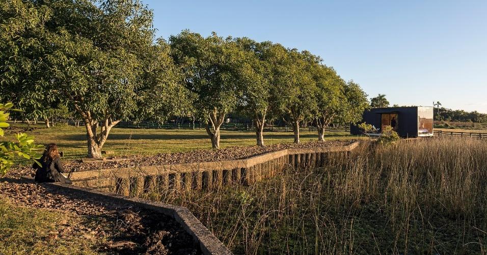 Projetada pelo escritório MAPA, a casa MiniMod está instalada numa fazenda perto de uma lagoa, em Maquiné (RS)