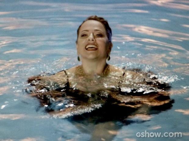 Shirley disfarça com um sorriso a indignação por ser jogada na piscina