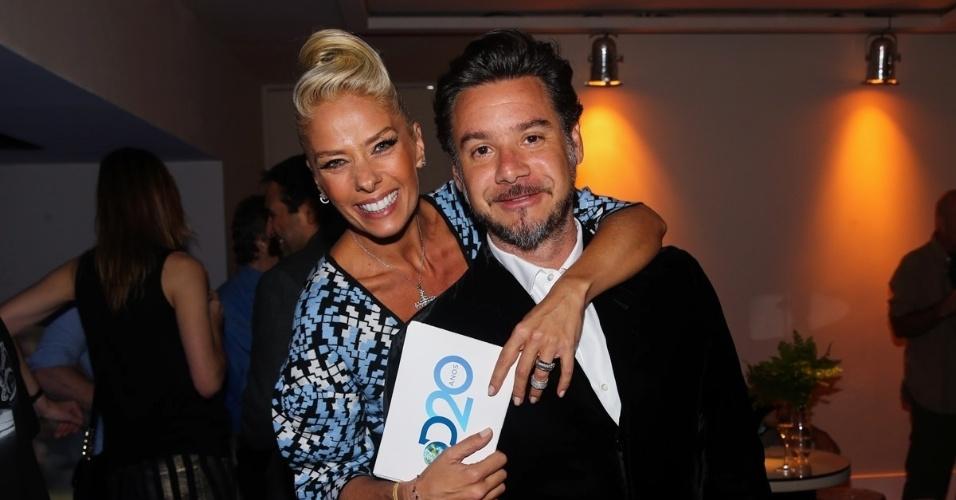 8.mai.2014 - Adriane Galisteu abraça o marido, Alexandre Iódice, durante a festa de 20 anos da Discovery Networks, em São Paulo