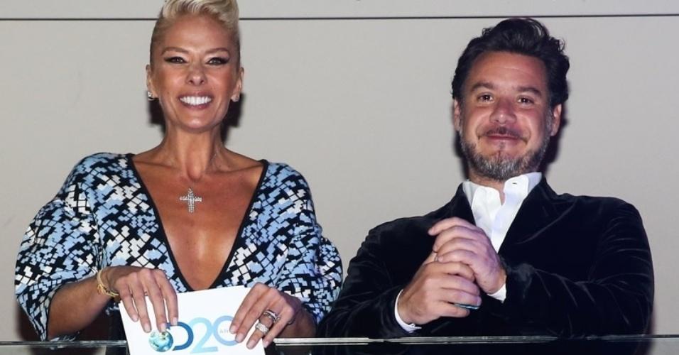 8.mai.2014 - Adriane Galisteu e o marido, Alexandre Iódice, aproveitam a festa de 20 anos da Discovery Networks, em São Paulo