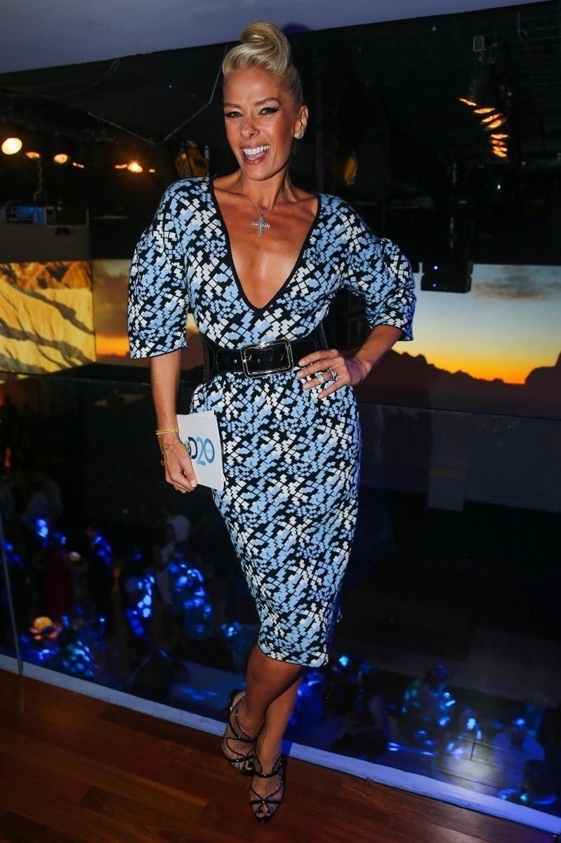 8.mai.2014 - Com vestido estampado, Adriane Galisteu sorri para fotos na festa de 20 anos da Discovery Networks, em São Paulo