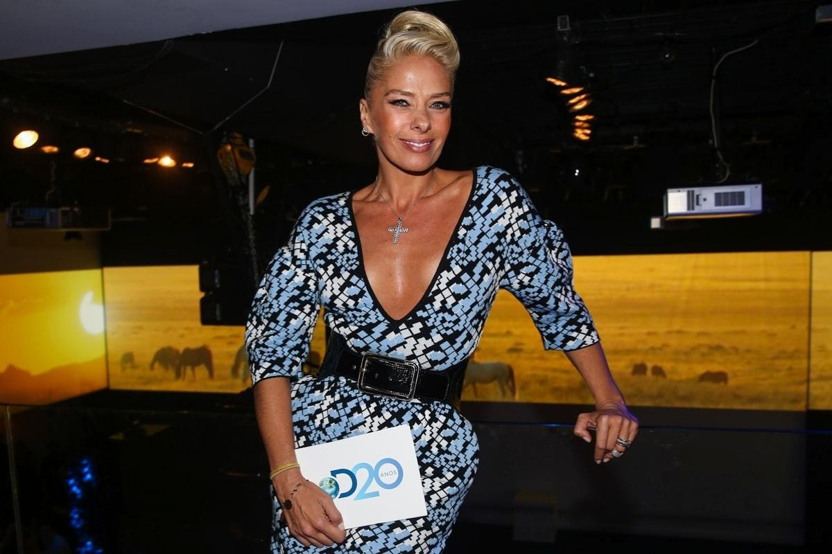 8.mai.2014 - Decotada, Adriane Galisteu prestigia a festa de 20 anos da Discovery Networks, em São Paulo
