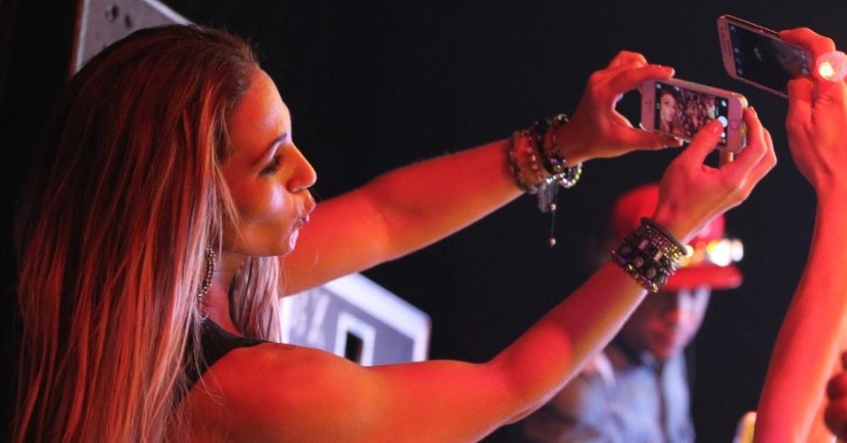 8.mai.2014 - Valesca Popozuda pega o celular de um fã durante seu show e faz uma