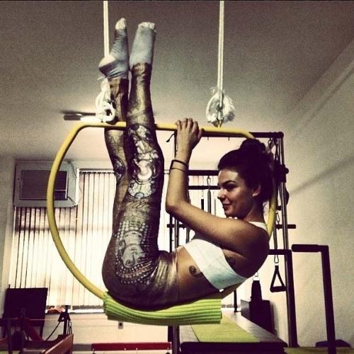 9.mai.2014 - Após tirar o colar cervical, Isis Valverde pratica pilates e posa sorridente