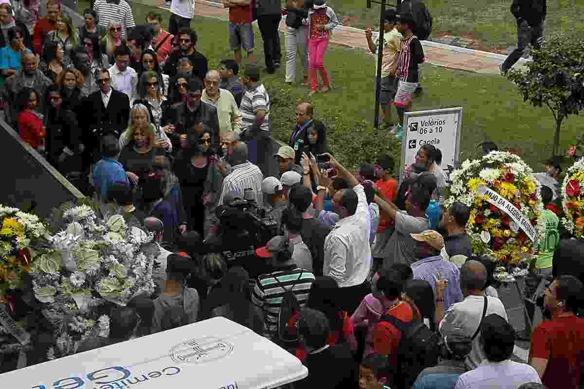 9.mai.2014 - Corpo de Jair Rodrigues é levado para ser enterrado - Amauri Nehn/Photo Rio News