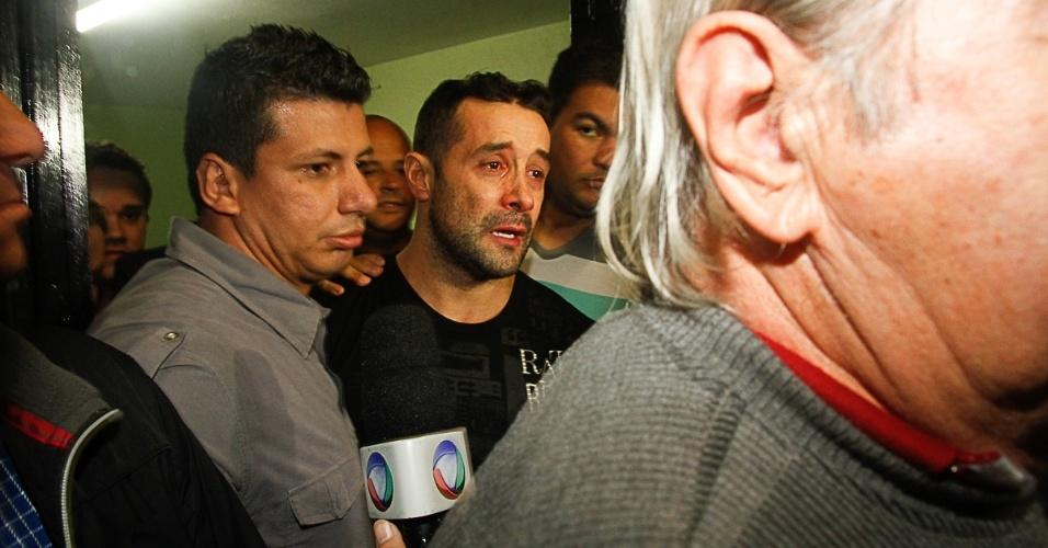 9.mai.2014 - Marcos Oliver deixa a prisão chorando e conversa com a imprensa