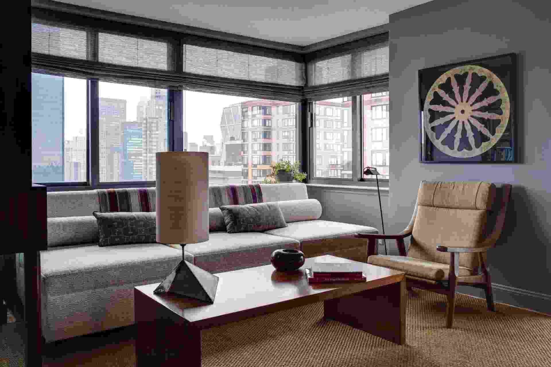 """Ao se mudar do antigo e amplo apartamento que dividia com o designer Jed Johnson (morto em 1996 em um acidente de avião), em um edifício de estilo gótico, na West 67th Street, em Nova York, Alan Wanzenberg tratou seu novo e compacto lugar como """"uma elegante sala de hotel"""" - Bruce Buck/The New York Times"""