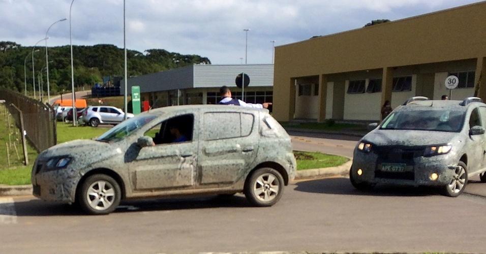 Duas unidades, uma convencional e outra Stepway, foram flagras por um leitor na entrada da fábrica da Renault em São José dos Pinhais (PR)