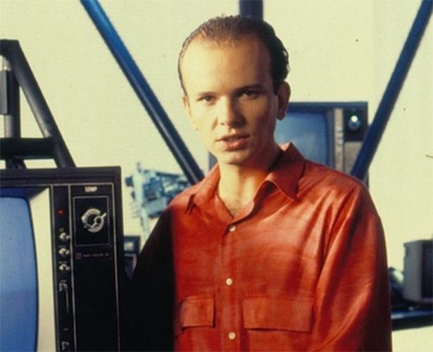 """Marcelo Tas foi o apresentador do """"Vídeo Show"""" em 1987, encarnando o personagem Cabeça Branca. O cenário do programa era formado por aparelhos de TV velhos"""