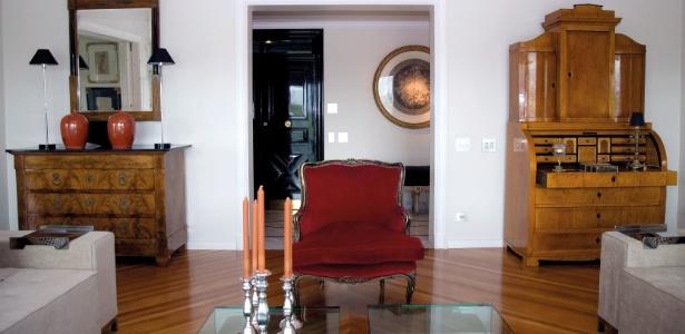 No estar, o arquiteto João Mansur usou peças neoclássicas como a papeleira original do século 19 (à dir.) - Décio Ramirez/Divulgação