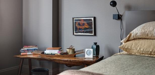 No apartamento de Alan Wanzenberg, ao lado da cama, está a obra do pintor italiano Francesco Clemente - Bruce Buck/The New York Times