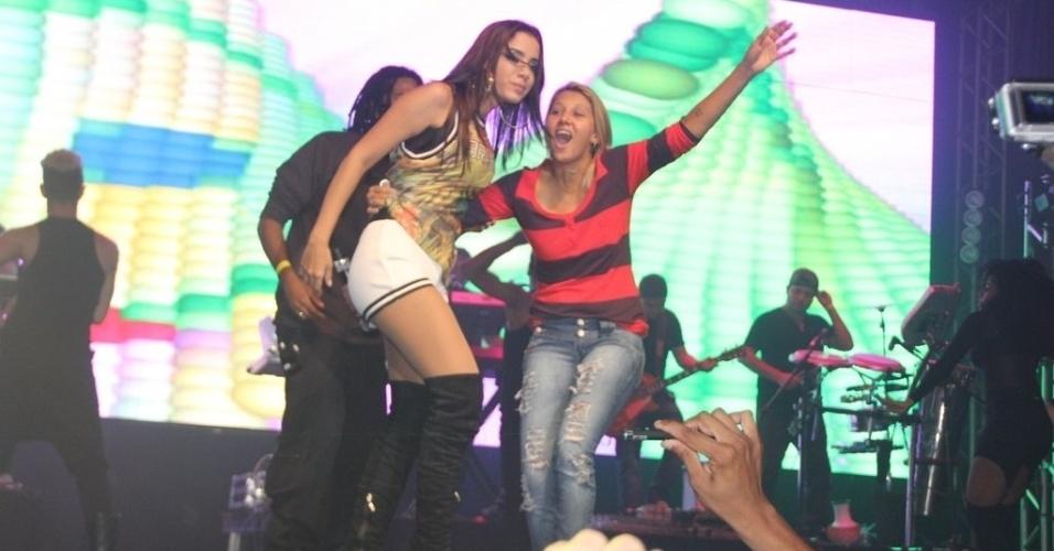 9.mai.2014 - Anitta é agarrada por fã em show na I9 Music, em São Gonçalo, no Rio de Janeiro