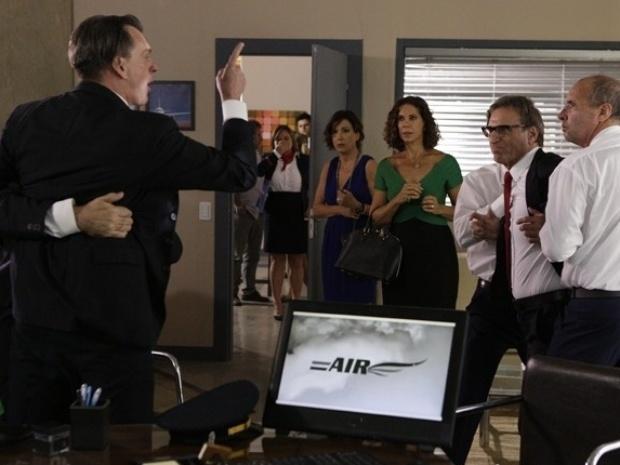 """Na novela """"Em Família"""", Ricardo agride colega após armação de Branca"""