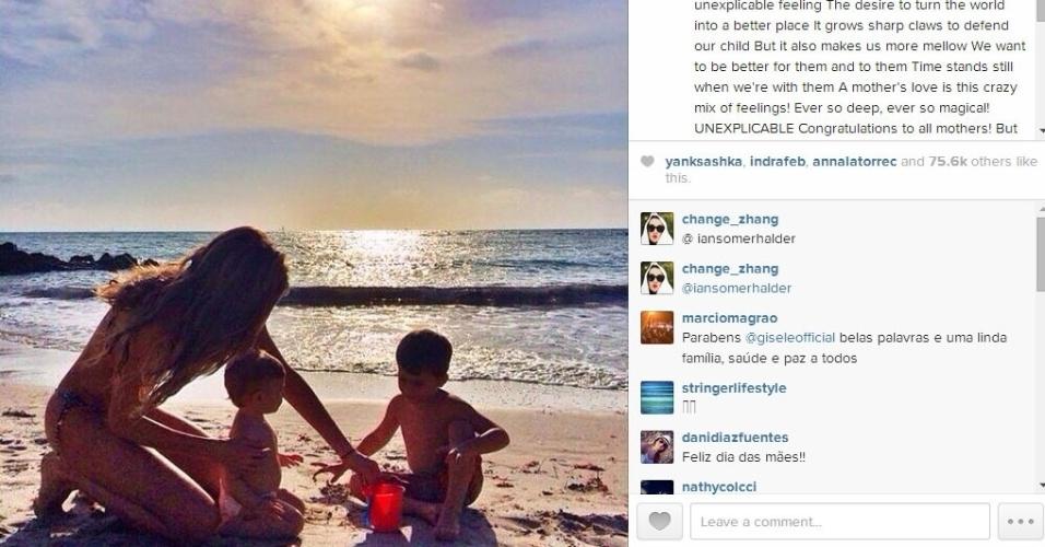 11.nai.2014 - Gisele Bündchen comemorou o dia das mães com uma imagem na praia ao lado dos filhos.