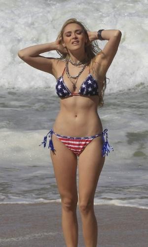 """12.mai.2014 - Isabelle Drummond gravou cenas de """"Geração Brasil"""" em uma praia da zona oeste do Rio. A atriz exibiu a boa forma de biquíni. Na trama, Isabelle vive Megan"""