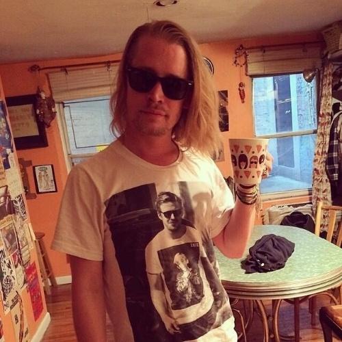 12.mai.2014 - Macaulay Culkin fez sucesso nas redes sociais ao aparecer vestindo uma camiseta com foto do ator Ryan Gosling estampado. Na foto, Ryan aparece usando camiseta com foto de Macaulay