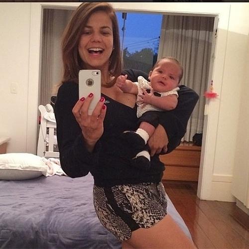 12.mai.2014 - Níves Stelmann já está em ótima forma após dar à luz Bruna, há um mês. A atriz postou em seu Instagram uma foto com a menina