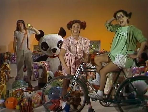 """A turma da vila comemora as festas de fim de ano no episódio """"Feliz Ano Novo!"""". O episódio mostra o clipe da música """"Vem Brincar"""" com Chaves, Chiquinha e Popis no meio dos brinquedos"""