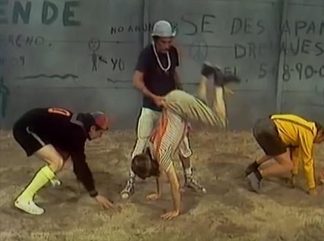 """Em """"Futebol Americano"""", Seu Madruga e Professor Girafales resolvem ensinar as crianças a jogarem futebol americano. O resultado é uma grande confusão e muitas risadas para os telespectadores."""
