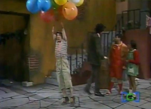 """Em """"Os Balões Levam Chaves"""", o menino é levantado por bolas de gás deixando todos da vila desesperados"""