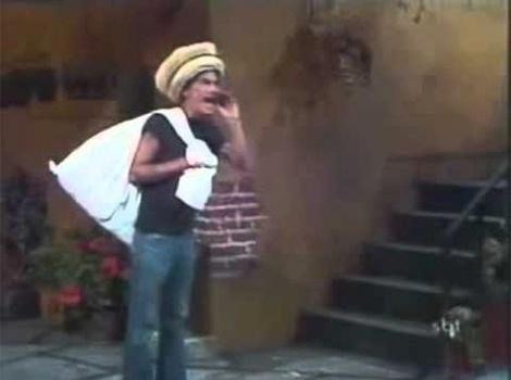 """Em """"Seu Madruga, Velho do Saco"""", enquanto passa pela vila vendendo chapéus, Seu Madruga assusta as crianças que o confundem com o Velho do Saco."""