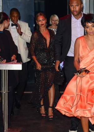 Irmã de Beyoncé, Solange Knowles, deixa a cantora e Jay-Z para trás em festa após o baile do Met. A cantora atacou o rapper no elevador do evento
