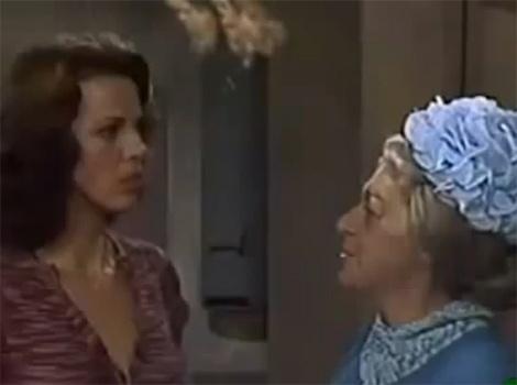 """No episódio """"As Novas Vizinhas"""", uma mulher e sua sobrinha chegam na vila e começam a encantar os homens, deixando as mulheres com muito ciúmes"""