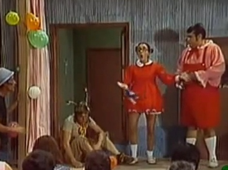 """No episódio """"Festa da Boa Vizinhança"""", os moradores da vila do Chaves  organizam uma festa do amor e da amizade com direito a muitas trapalhadas durante as apresentações das crianças"""