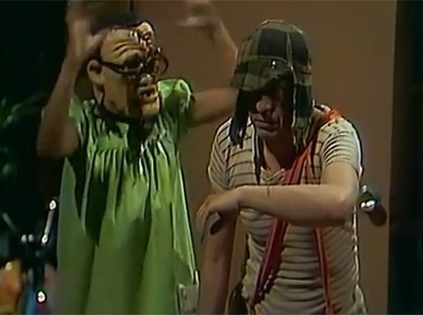 """No episódio """"O Filme de Terror"""", Chaves se assusta ao ver um filme de múmias com Chiquinha, que não perde tempo e apavora o amigo e os vizinhos com uma máscara de monstro"""