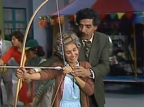"""No episódio """"Parque de Diversões"""",  Chaves, Nhonho e Godinez resolvem ir brincar no parque de diversões e até Dona Florinda e Professor Girafales se divertem no local"""