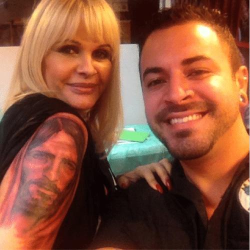 12.mai.2014 - Monique Evans tatua rosto de Jesus Cristo no braço direito