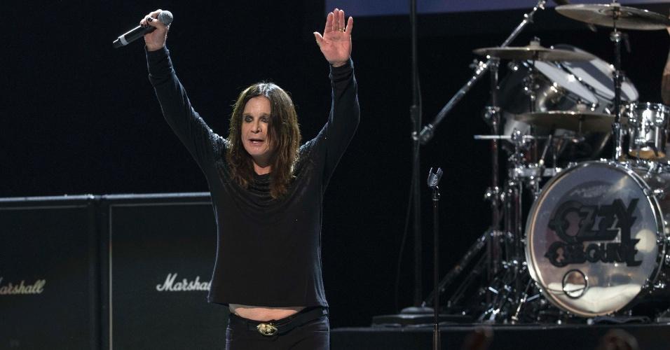 12.mai.2014 - Ozzy Osbourne se apresenta ao lado de Slash no 10º MusiCares, em Los Angeles, nos EUA
