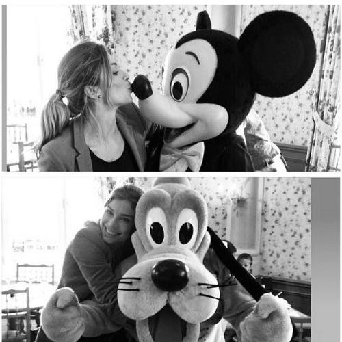 13.mai.2014 - Grazi Massafera ainda aproveitou para abraçar o Pluto. A atriz está em Paris com a filha, Sofia. A menina é fruto de seu relacionamento com Cauã Reymond