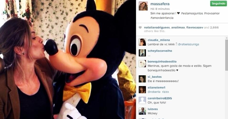 """13.mai.2014 - Grazi Massafera teve o seu """"momento criança"""" ao tietar o personagem Mickey na Disney européia. A atriz beijou o nariz do famoso rato da Disney e mostrou o clique em seu Instagram. """"Sim me apaixonei! #estamosjuntos #novoamor #amordeinfancia"""", disse em seu Instagram. Grazi está em Paris com a filha, Sofia. A menina é fruto de seu relacionamento com Cauã Reymond"""