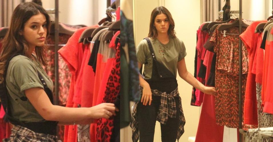 13.mai.2014- Bruna Marquezine faz cara de poucos amigos ao ser flagrada fazendo compras em shopping na Barra da Tijuca, zona oeste do Rio