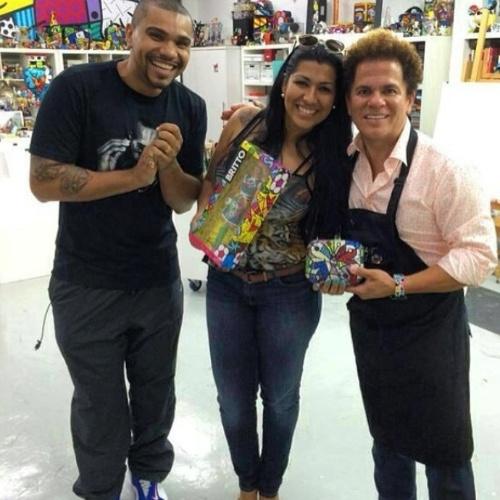 13.mai.2014- Naldo e Ellen Cardoso visitam o artista plástico brasileiro Romero Britto em Miami. Moranguinho contou em seu Instagram que ganhou uma Barbie exclusiva e que se emocionou com o presente