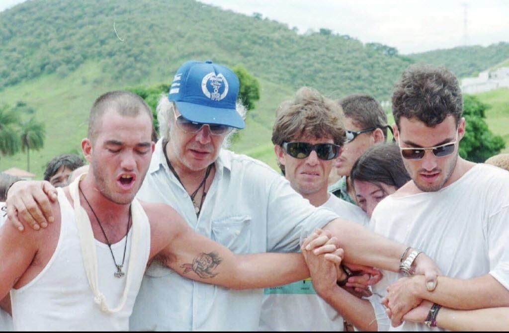27.dez.1995 - Erasmo Carlos e os filhos Gil Eduardo [esq.], Leonardo Bruno e Carlos Alexandre no enterro de sua mulher Narinha